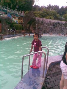 Zahra lagi nangkring pinggir kolam