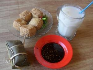 Sarapan dengan 7500 rupiah dapat tahu 5 biji, lontong dan susu kedelai